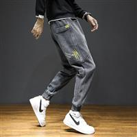 Quần jeans jogger in chữ